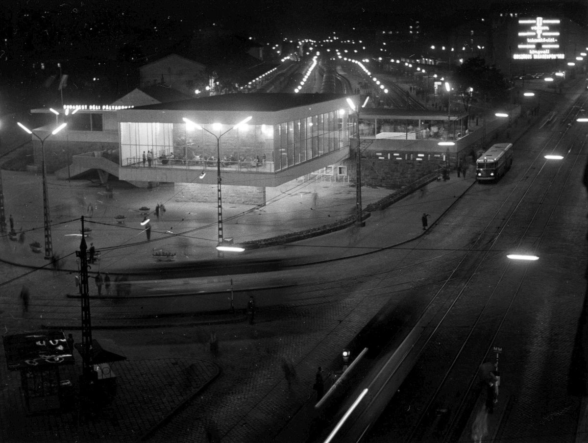 Fotó: Déli pályaudvar, jobbra az Alkotás utca, Budapest I. ker., Magyarország, 1964. Levéltári jelzet: HU_BFL_XV_19_c_11© Fortepan / Budapest Főváros Levéltára