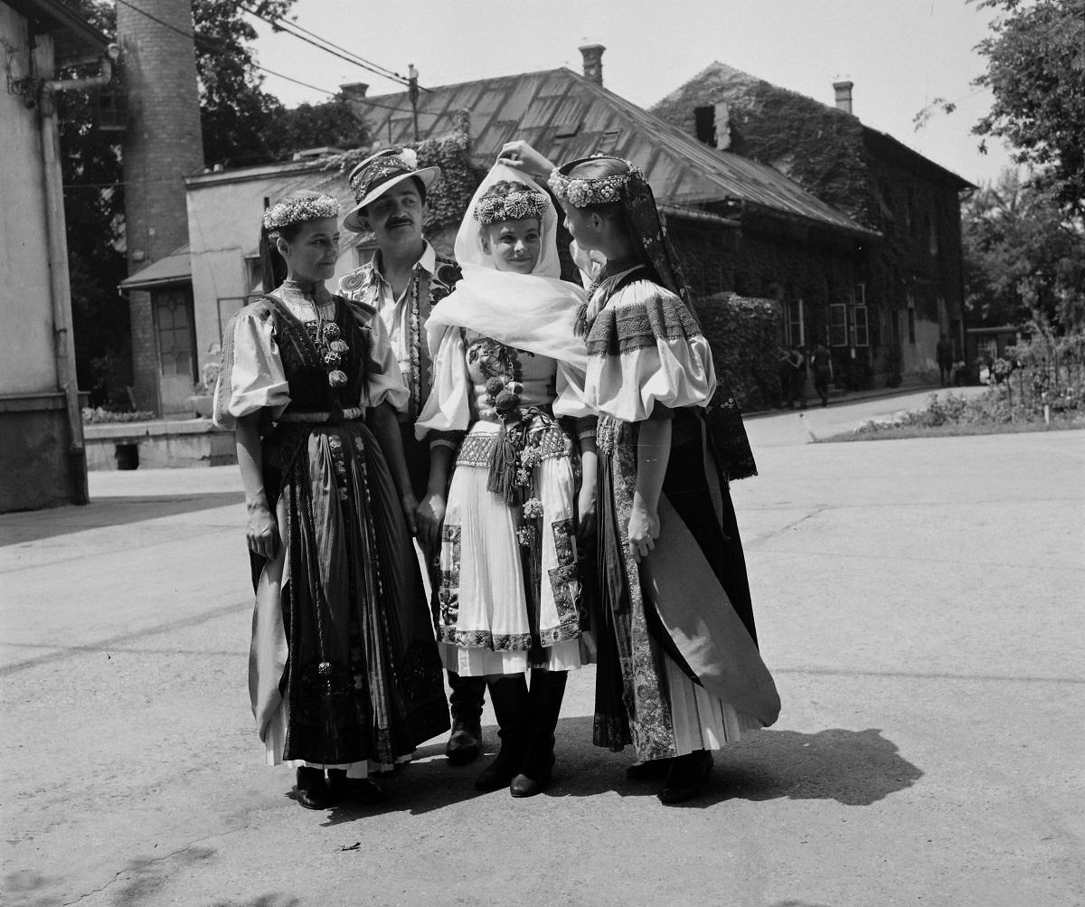 Fotó: A Hunnia Filmgyár telepe. Táncosok Az életbe táncoltatott leány című film forgatásakor, Budapest XIV. ker., Magyarország, 1964.© Fortepan / Hunyady József