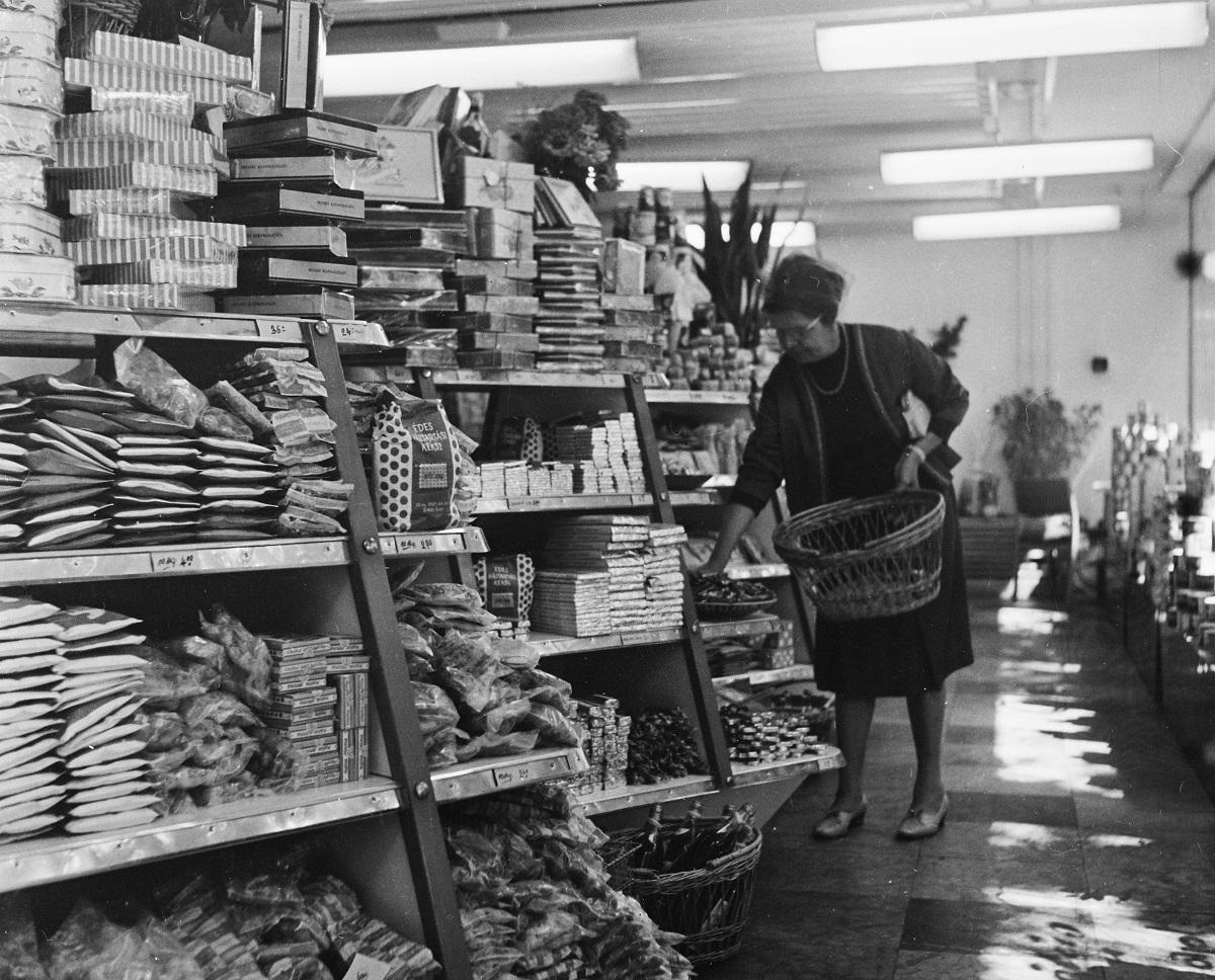 Fotó: Csemegebolt a Hableány étterem épületében, a vasútállomás mögötti parkban, Badacsony, Magyarország, 1964 © Fortepan / Bauer Sándor
