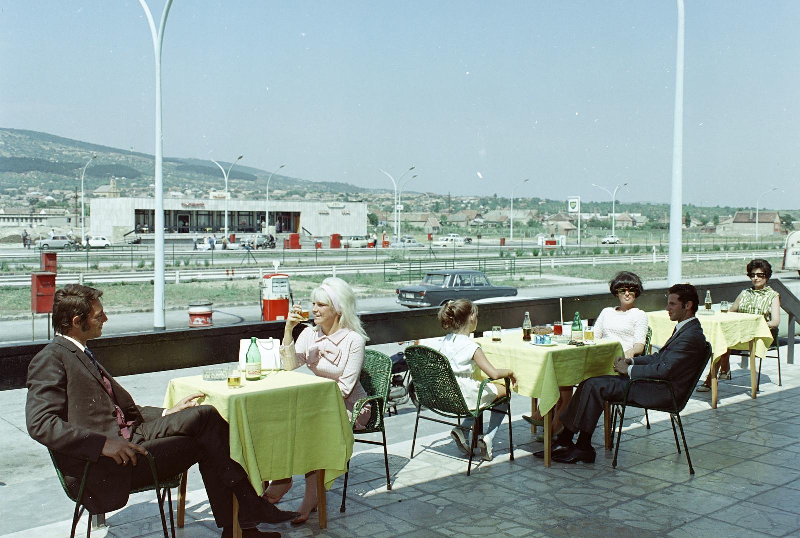 Fotó: Magyarország, 1969<br />Budaörs, benzinkút és étterem az M1-M7-es autópálya közös szakasza mellett.<br />Fortepan / FŐFOTÓ