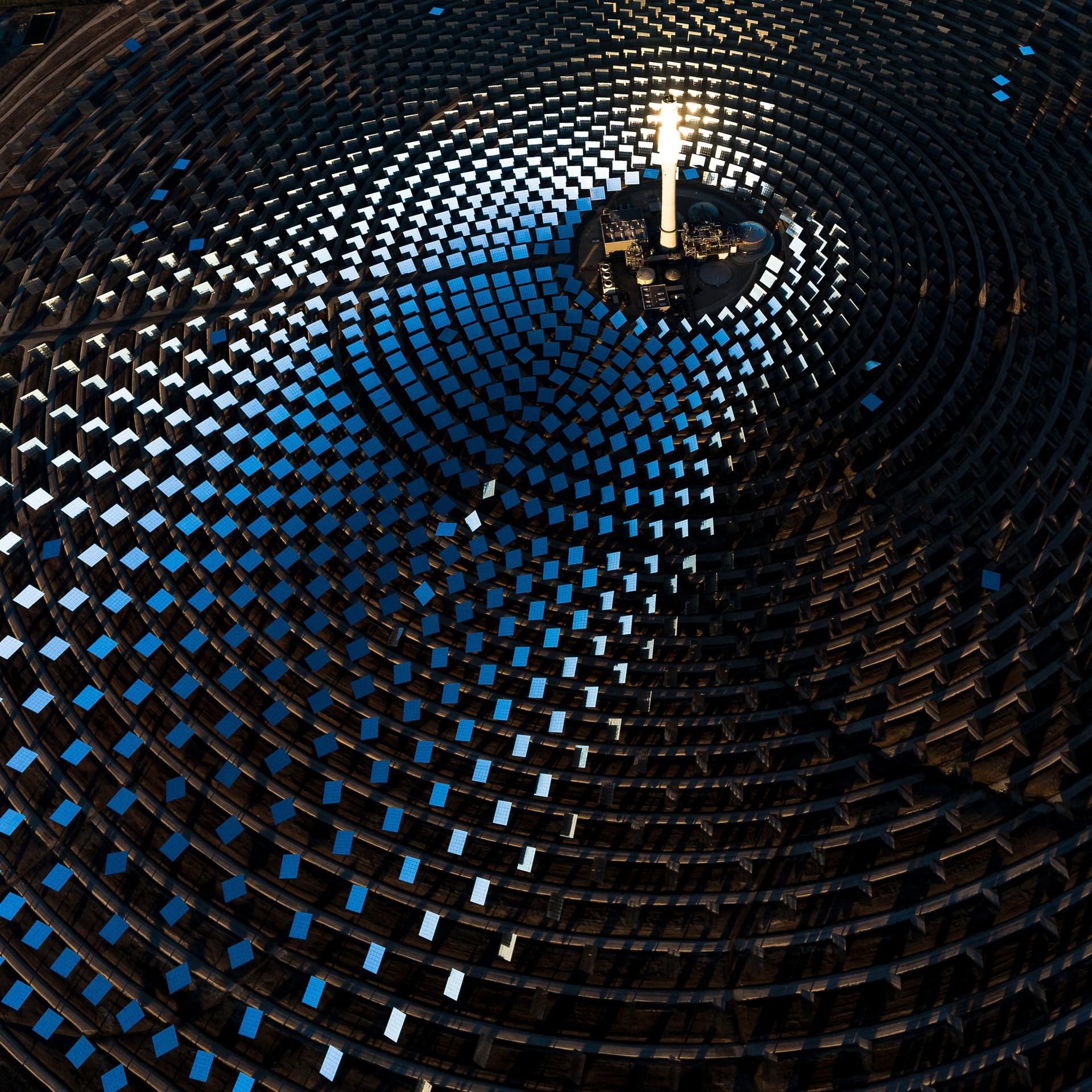 Fotó: Radisics Milán: Gemasolar - A 24 órás naphőerőmű<br />Kategória: A fenntartható energiatermelés és a természet kapcsolata<br />Helyezés: 3. díj<br /><br />A Gemasolar a világ első olyan naphőerőműje, amely a napközben felhevült sóoldatnak köszönhetően, éjszaka és felhős időben is képes áramot termelni. Ecija, Sevilla, Spanyolország. Százhúsz négyzetméteres, koncentrikus körökbe helyezett tükrök a 140 méter magas központi toronyra irányítják a napsugarakat, amelyben sóoldat kering. Azt forrósítja olvadásig, 550 Celsius-fok fölé a Nap koncentrált hője, a hőcserélővel előállított gőz pedig áramtermelő turbinákat hajt meg. A Gemasolar nem kevesebb mint 25–30 ezer háztartás energiaigényét képes ellátni.