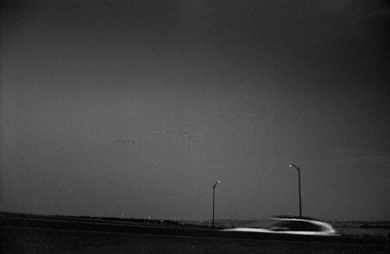 Fotó: Dorie Dahlberg (Long Branch, NJ, USA): White Car Traveling in the Opposite Direction © PH21 Gallery © artist