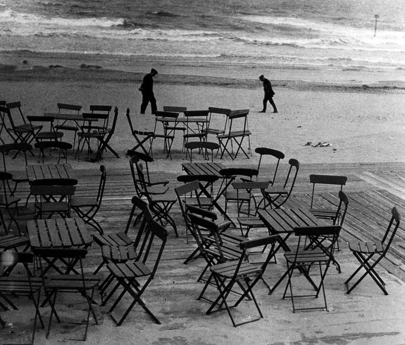 Fotó: Angelo: Székek a parton. 1930 k. 30x40 cm © Magyar Fotográfiai Múzeum
