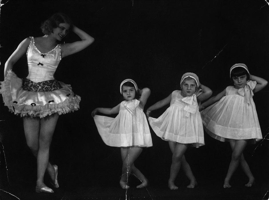 Fotó: Angelo: Rökk Marika kisgyermek tanítványaival. 1930 k. 22x16,5 cm © Országos Színháztörténeti Múzeum és Intézet