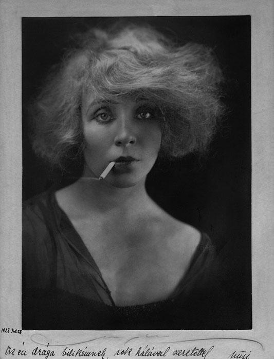 Fotó: Angelo: Somogyi Nusi cigarettával, 1922 © Magyar Fotográfiai Múzeum<br /><br />