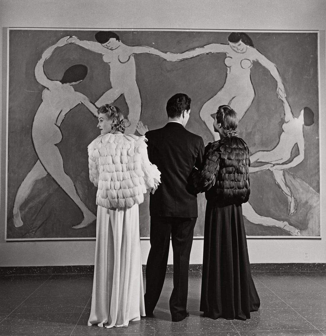 Fotó: Louise Dahl-Wolfe: Looking at Matisse, Museum of Modern Art, 1939 © Courtesy Louise Dahl-Wolfe/Center for Creative Photography/Arizona Board of Regents