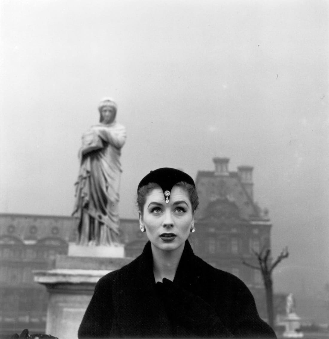 Fotó: Louise Dahl-Wolfe: Suzy Parker in Dior Hat, Tuileries, Paris, 1950 © Courtesy Louise Dahl-Wolfe/Center for Creative Photography/Arizona Board of Regents