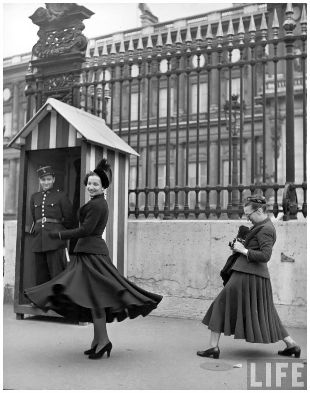 Fotó: Yale Joel: Louise Dahl-Wolfe munka közben, 1947. október © LIFE Magazine