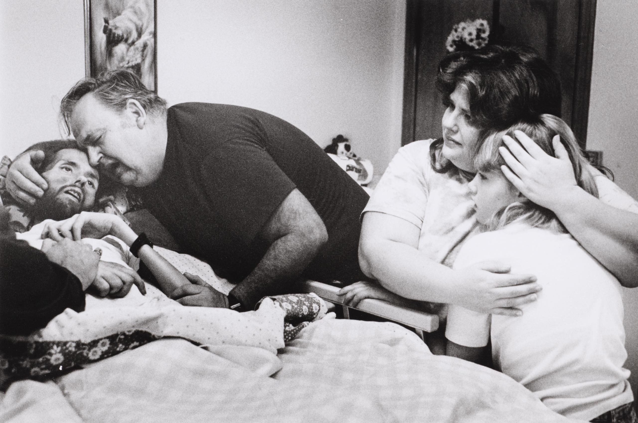 Fotó: Therese Frare: David Kirby családja körében, 1990. május 5. © Therese Frare/Time Magazine
