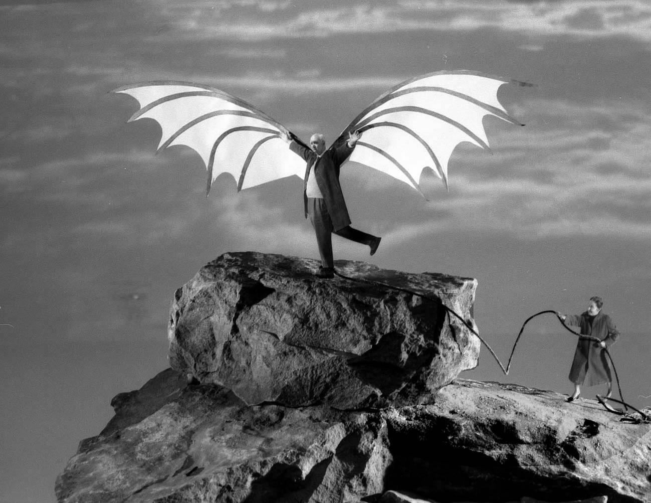 Fotó: Gilbert Garcin: Ikarosz repülése (Leonardo da Vinci után), 2005 © Gilbert Garcin