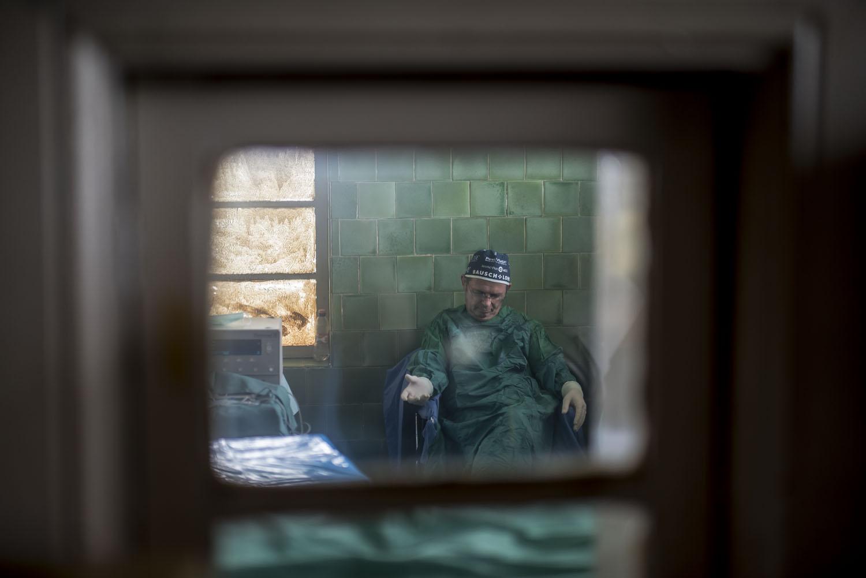 Fotó  Hajdú D. András  Richárd doktor egy percre elszunnyad két műtét  között. A műtétes napok embert próbálóak  az egyenlítői hőségben a doktor  reggel 9 és ... a3ab2318db