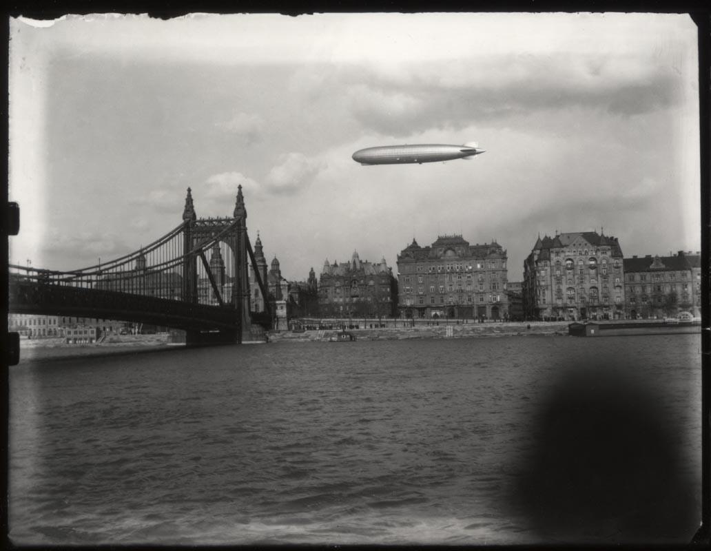 Fotó: Pentl Lajos: A Zeppelin a város felett 1931. © Magyar Fotográfiai Múzeum