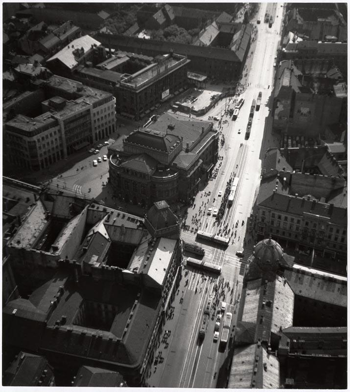 Fotó: Járai Rudolf: A Nemzeti Színház és a Blaha Lujza tér a magasból 1961. k. © Magyar Fotográfiai Múzeum