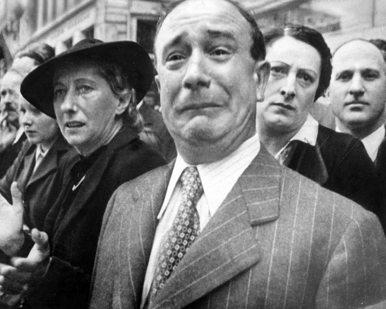 Feltehetően George Mejat felvétele<br /><br />Az egyik legtöbbet vitatott fénykép. Az általános, legszélesebb körben elfogadott verzió szerint a Barzetti névre hallgató úr 1940. június 14-én sírta el magát az utcán, amikor a megszálló német csapatok bevonultak Párizsba. Ezt sokan vitatták. Bármi is a pontos igazság a fénykép körül, a síró francia férfi szintén az egyik leghíresebb háborúellenes kép lett.