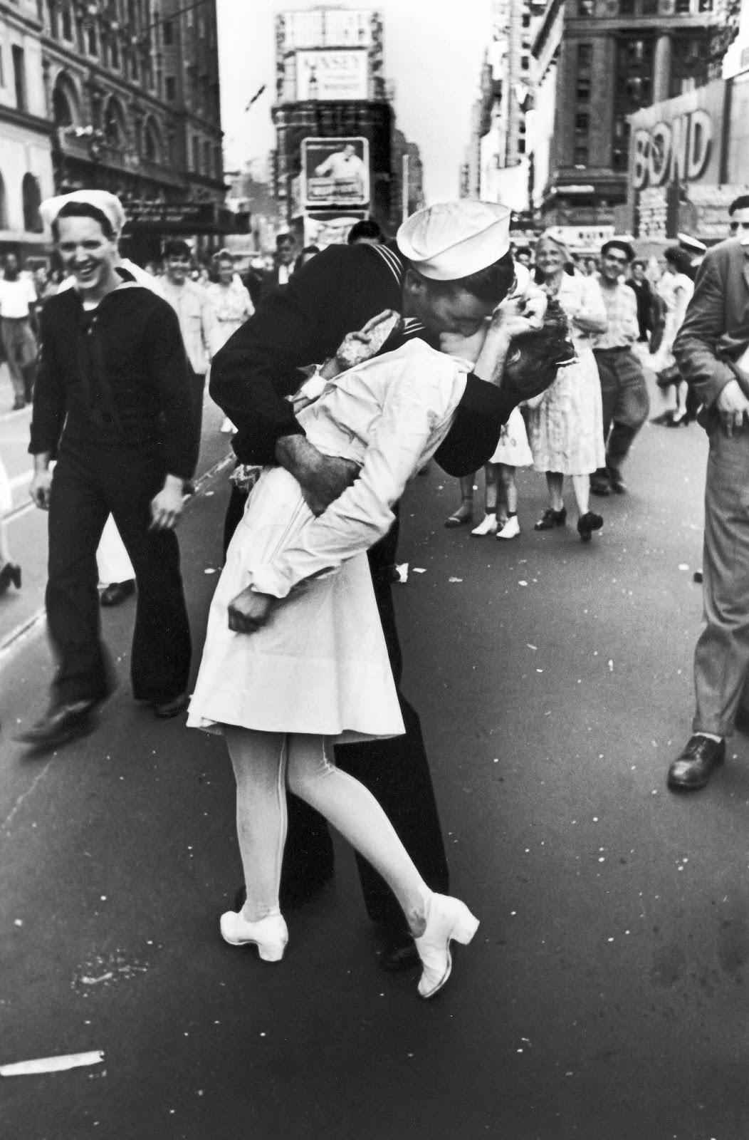 Fotó: Alfred Eisenstaedt: Times Square, New York,  1945. augusztus 14. © Alfred Eisenstaedt / Europress / Getty<br /><br />A II. világháború lezárásának egyik ikonikus képe a leghíresebb csókfotó.