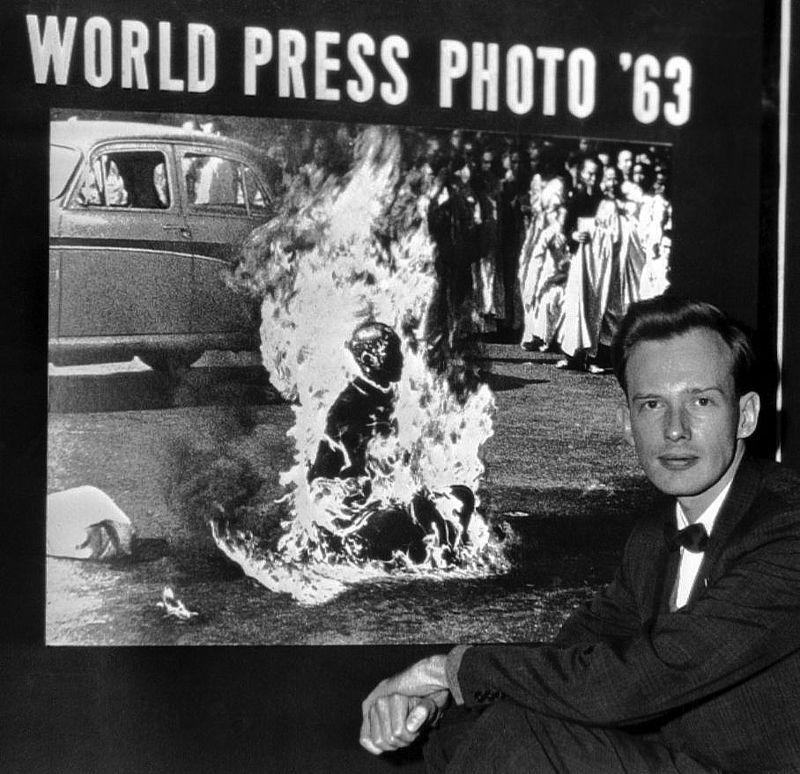 Fotó: Malcolm Browne a WPP plakát előtt, Hága, Hollandia, 1963 © AP