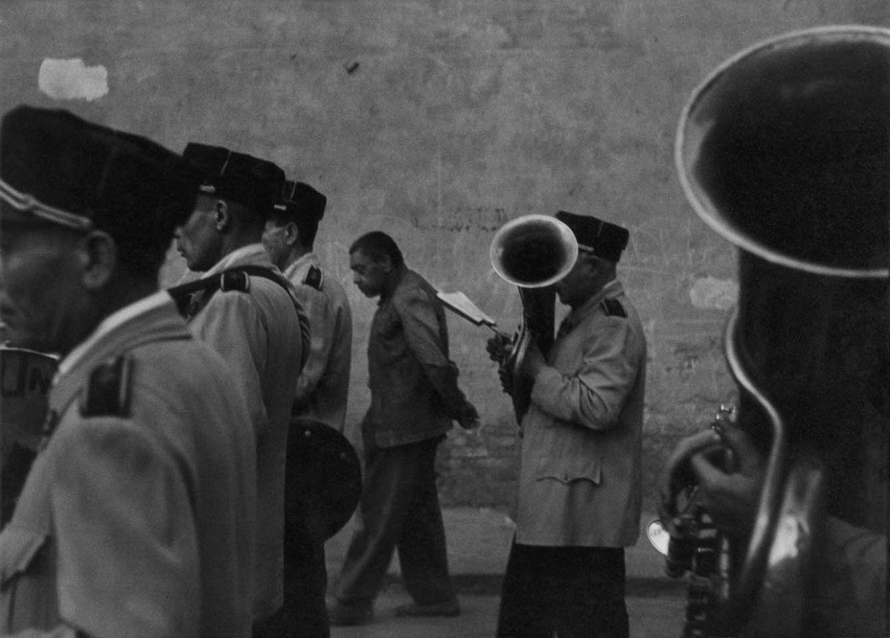 Parade, Valencia, 1952 © Robert Frank. Courtesy Sammlung der Fotostiftung Schweiz, Winterthur <br /><br />A C/O Berlinben megrendezett kiállítás 2019. november 30-ig látogatható.