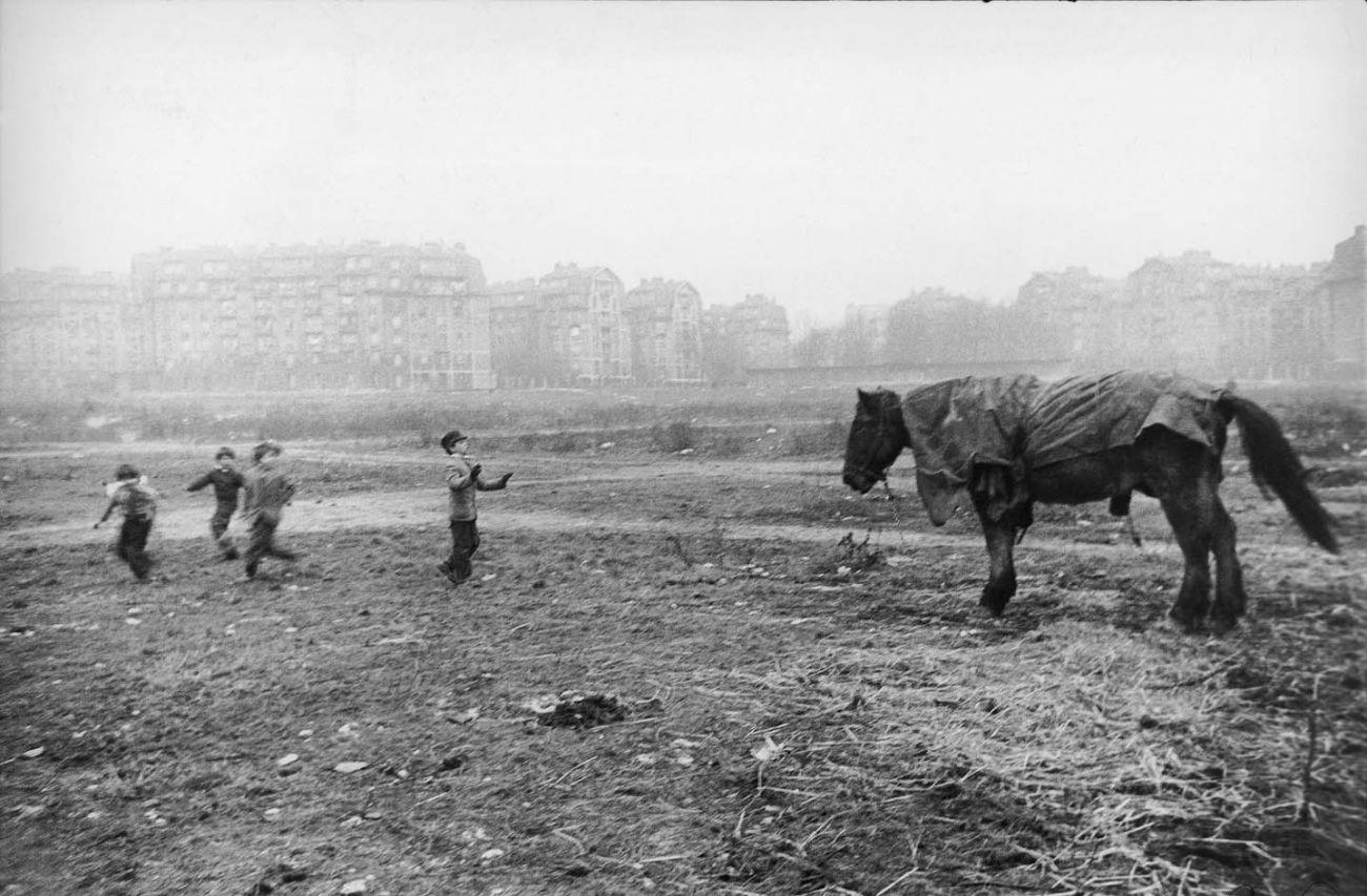 Paris, 1952 © Robert Frank. Courtesy Sammlung der Fotostiftung Schweiz, Winterthur <br /><br />A C/O Berlinben megrendezett kiállítás 2019. november 30-ig látogatható.