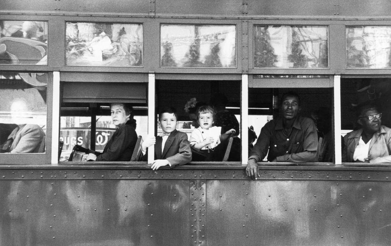 Trolley, New Orleans, 1956 © Robert Frank. Courtesy Sammlung der Fotostiftung Schweiz, Winterthur <br /><br />A C/O Berlinben megrendezett kiállítás 2019. november 30-ig látogatható.