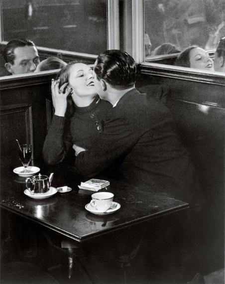 Couple in a Café, near the place d'Italie, c. 1932 <br />© Estate Brassaï Succession, Paris<br /><br />A Foamban megrendezett kiállítás 2019. december 4-ig látogatható.