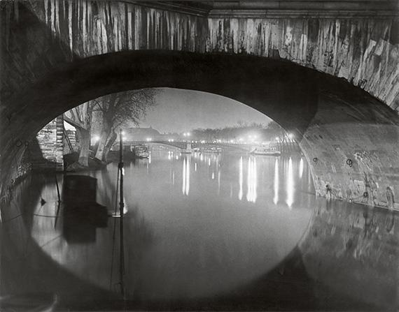 View through the pont Royal toward the pont Solferino, c 1933<br />© Estate Brassaï Succession, Paris<br /><br />A Foamban megrendezett kiállítás 2019. december 4-ig látogatható.