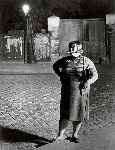 Streetwalker near Place d'Italie, 1932<br />© Estate Brassaï Succession, Paris<br /><br />A Foamban megrendezett kiállítás 2019. december 4-ig látogatható.