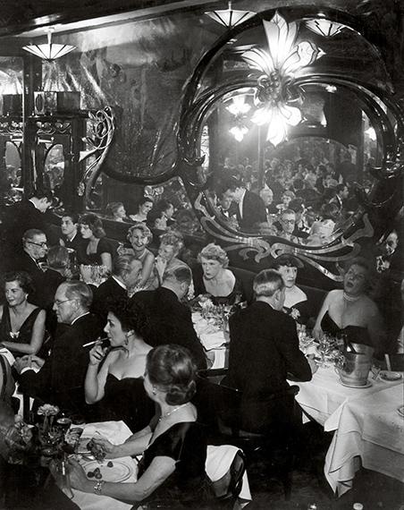 Gala Soiree at Maxims, 1949<br />© Estate Brassaï Succession, Paris<br /><br />A Foamban megrendezett kiállítás 2019. december 4-ig látogatható.