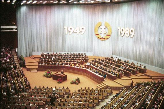 Fotó: José Giribás Marambio: Offizieller Feierakt zum 40-jährigen Bestehen der DDR am 6. Oktober 1989, drei Tage vor dem Mauerfall. Palast der Republik, Berlin, DDR