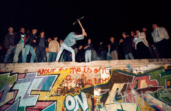 Fotó: José Giribás Marambio: Mitternacht vom 9. auf den 10. Oktober 1989 in der Nähe des Brandenburger Tores: Erste Zivilisten beginnen mit dem Abbruch der Mauer, Westberlin
