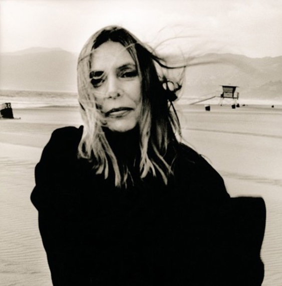 Fotó: © Anton Corbijn<br />Joni Mitchell, Santa Monica, 1999<br />Handprinted on Oriental Seagull Paper<br />68 x 69 cm<br />Edition of 20