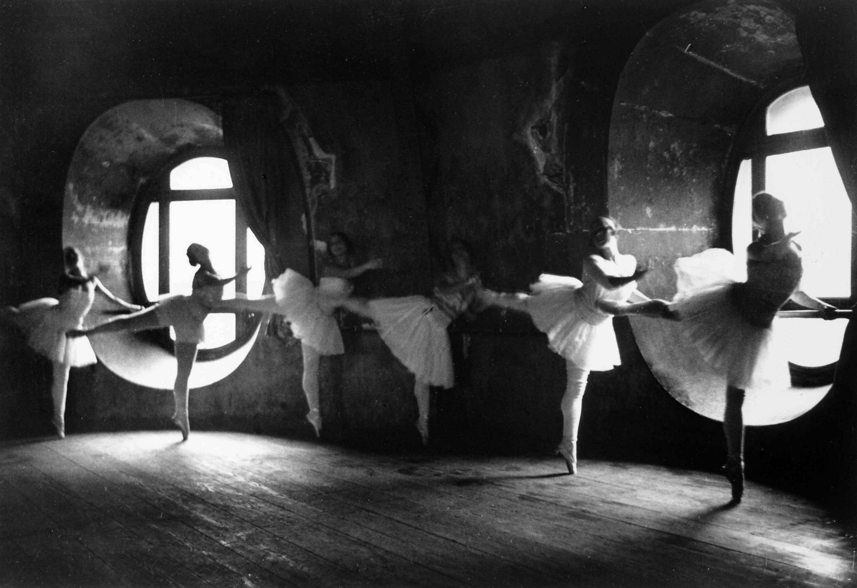 Fotó: Alfred Eisenstaedt: Hattyúk tava próba az Operában, Párizs, 1930 © Time & Life Pictures/Getty Images
