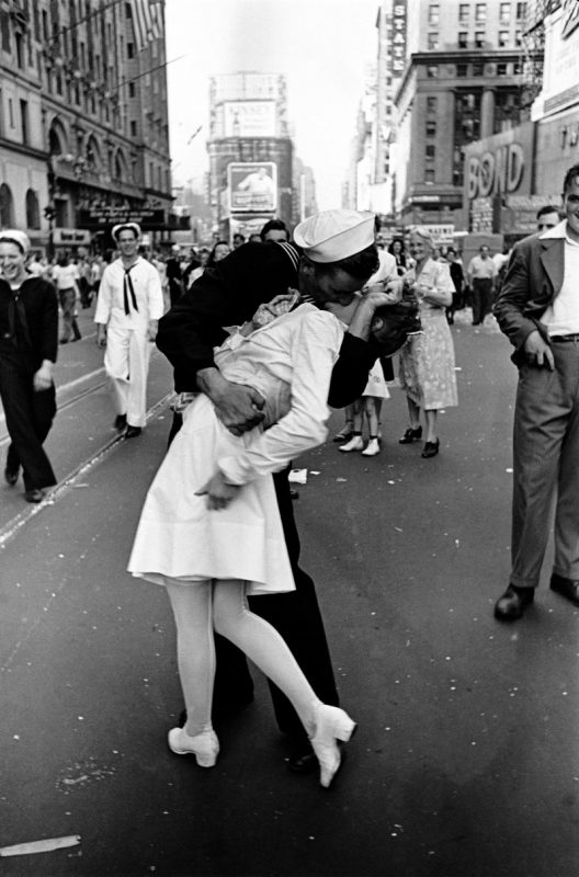 Fotó: Alfred Eisenstaedt: Times Square, New York, USA, 1945. augusztus 14. © Time & Life Pictures/Getty Images
