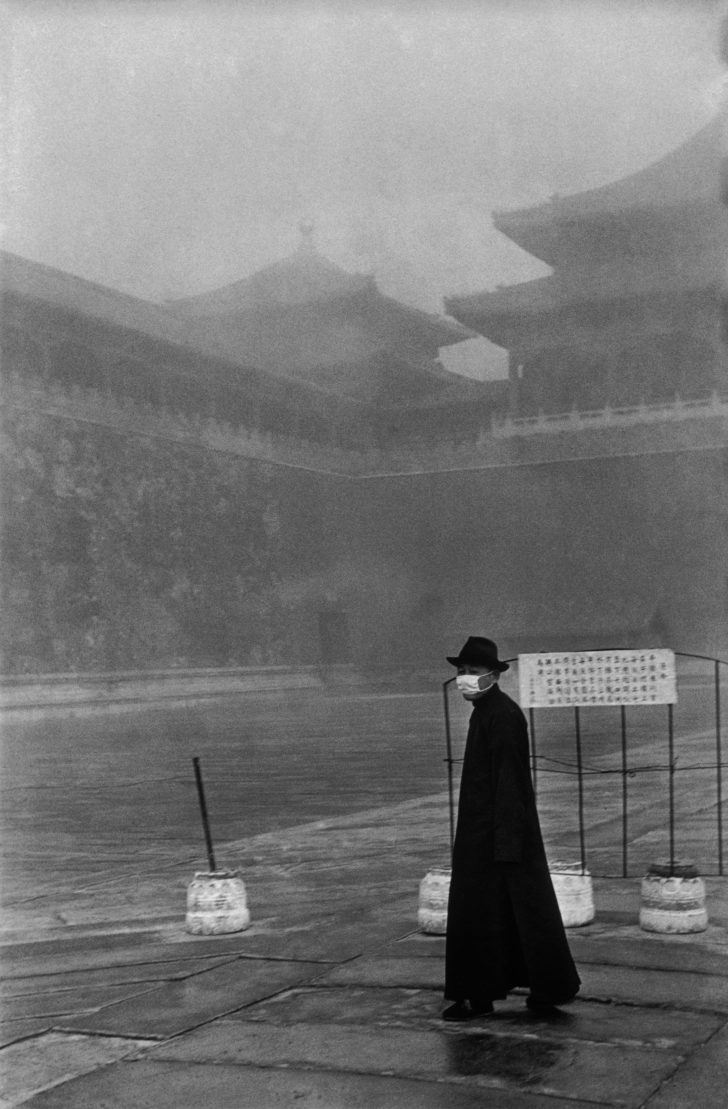 Fotó: Henri Cartier-Bresson: A visitor to the Forbidden City, Beijing, December 1948. © Fondation Henri Cartier-Bresson / Magnum Photos