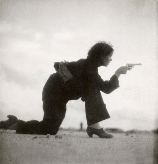 Fotó: Gerda Taro: Republican militiawoman training on the beach outside Barcelona, Spain, August 1936 © International Center of Photography, New York