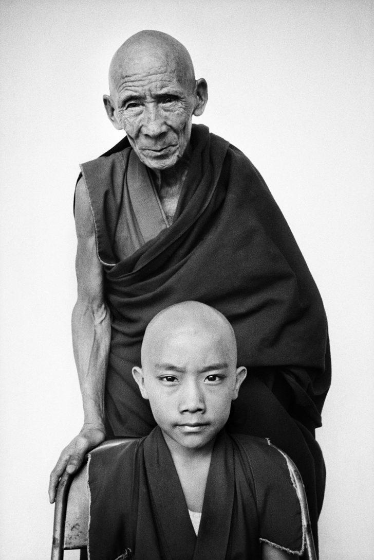 Fotó: Martine Franck: Tenzin Tosan Rinpoche with his tutor Gen Pagdo, Rato Monastery, Karnataka State, India, 1996 © Martine Franck / Magnum Photos