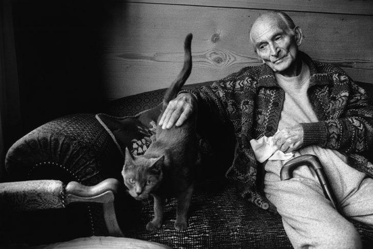 Fotó: Martine Franck: Painter Balthus and his cat Mitsuko, Grand Chalet de Rossinière, Switzerland, 1999 © Martine Franck / Magnum Photos
