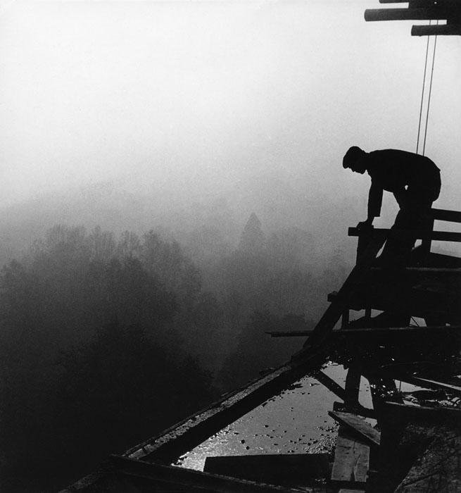 Fotó: Lucien Hervé: Le Corbusier: Unité d'habitation, építőmunkás, 1949 still from 'Le Corbusier & Lucien Hervé: The Architect & The Photographer – A Dialogue'. (Published 2011, © Thames & Hudson)