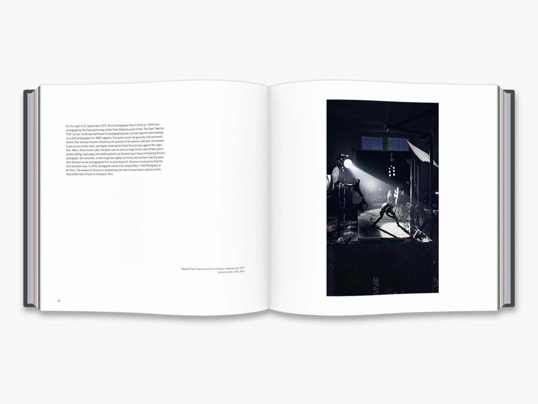 Fotó: Cortis & Sonderegger: Making of Paul Simonon at the New York Palladium, September 21st, 1979 (by Pennie Smith, 1979), 2016 © Thames and Hudson / Cortis & Sonderegger