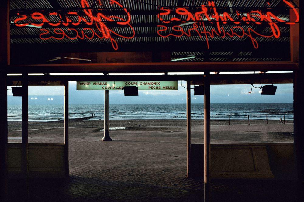 Fotó: Coffee on the beach, Ostende, Belgium 1988<br />© 2015 Harry Gruyaert / Magnum Photos