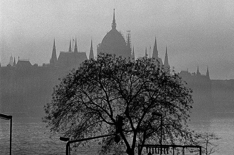 Fotó: Schäffer Zsuzsa: Az Országháza, Budapest, 1988-1989 © Schäffer Zsuzsa