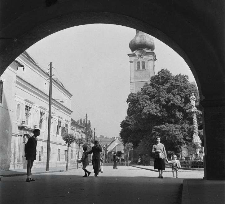 Fotó: Kotnyek Antal: Kőszeg, Jurisics tér, Mária-szobor, háttérben a Szent Imre-templom, 1955 © Fortepan