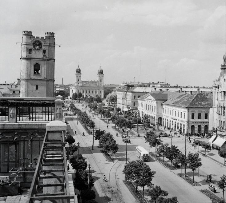 Fotó: Kotnyek Antal: Debrecen, Piac utca, szemben a Nagytemplom, 1955 © Fortepan