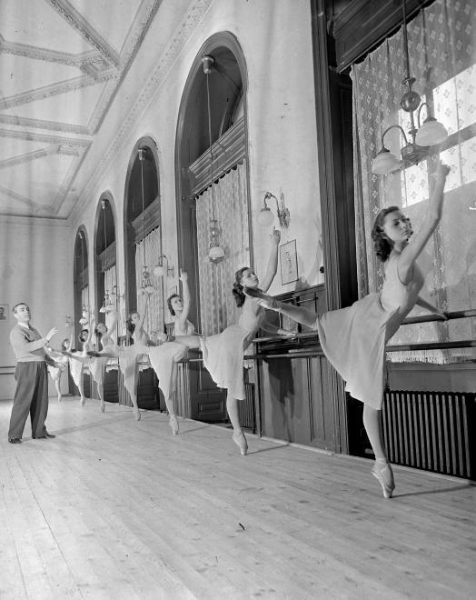Fotó: Kotnyek Antal: Andrássy (Sztálin) út 24., az Állami Balett Intézet kihelyezett gyakorlóterme az egykori Opera kávéház helyén, 1955 © Fortepan