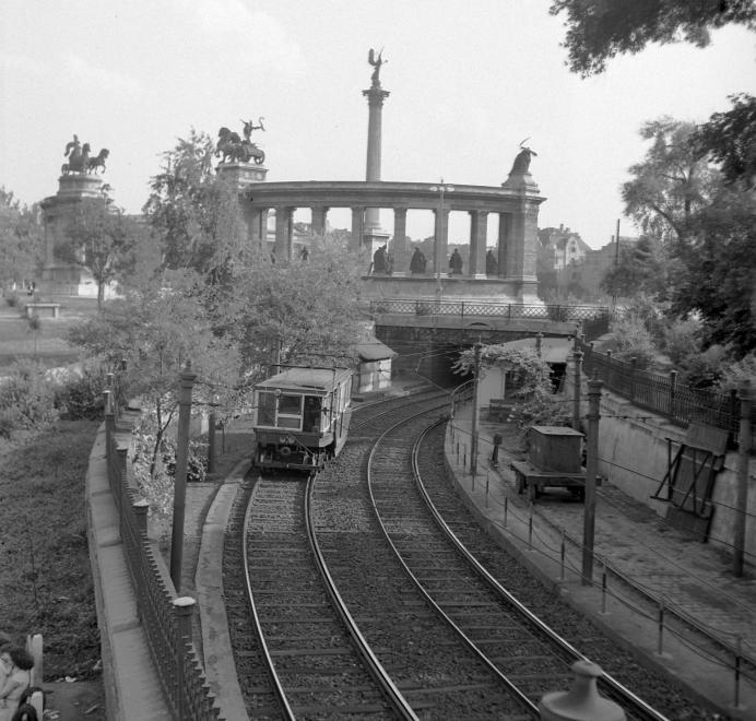Fotó: Kotnyek Antal: Millenniumi földalatti az Állatkert felől tart a Hősök tere alá (bal oldali közlekedés), 1956 © Fortepan