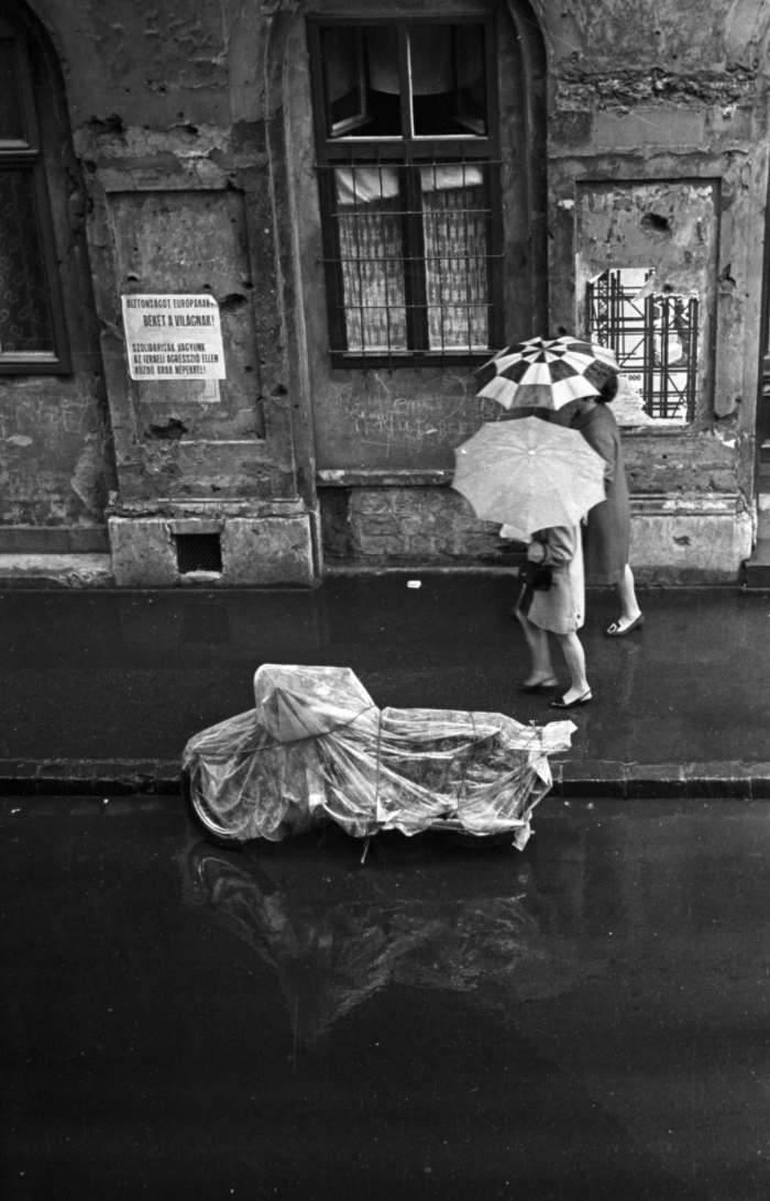 Fotó: Kriss Géza / Fortepan <br />Budapest VIII., 1972<br />Práter utca, a 37-es számú ház előtti járdaszakasz. A felvétel a Práter utca 34-ből készült.<br />