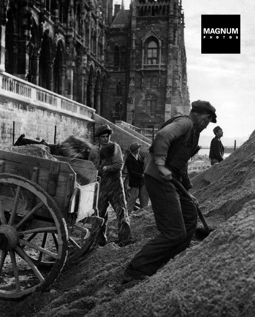 Fotó: David Seymour: Budapest, Munkások a Parlament előtt, 1948 © David Seymour/Magnum Photos