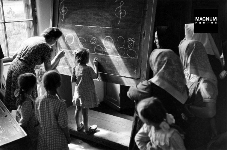 Fotó: David Seymour: Magyarország, Gyerekek rajzolni tanulnak, 1948 © David Seymour/Magnum Photos