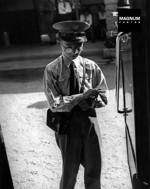 Fotó: David Seymour: Budapest, Kalauz a gyermekvasúton, 1948 © David Seymour/Magnum Photos