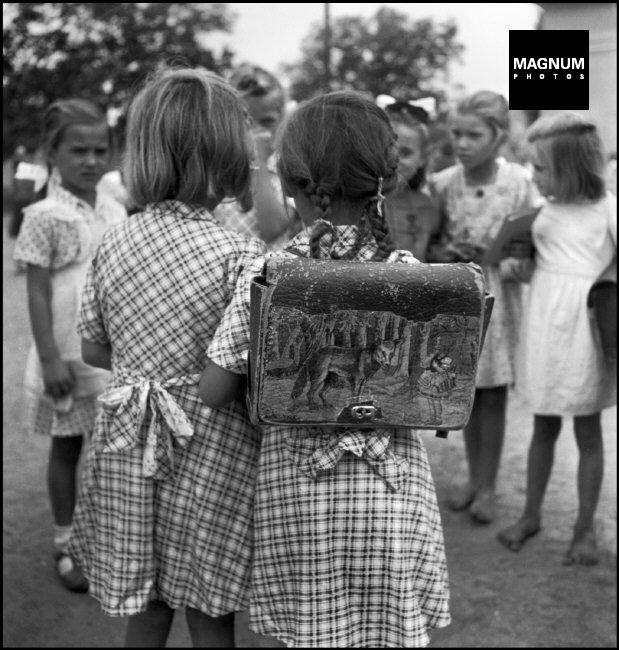 Fotó: David Seymour: Pilis, Első nap az iskolában, 1948 © David Seymour/Magnum Photos