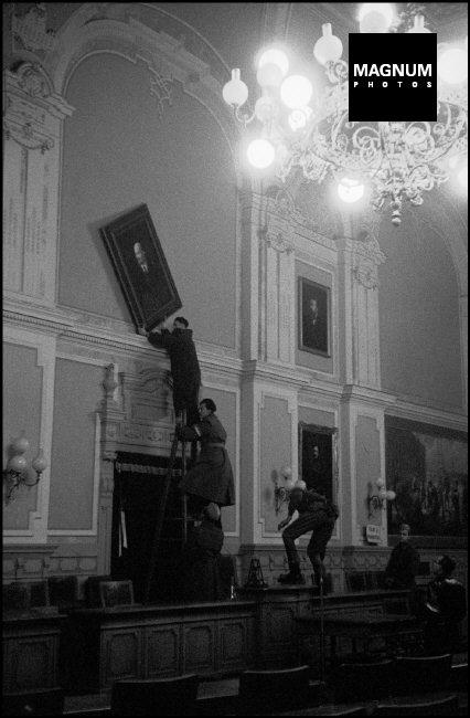 Fotó: Erich Lessing: Győr, A Lenint ábrázoló festményt eltávolítása a tanácsteremből, 1956 © Erich Lessing/Magnum Photos
